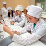 Buduschie-farmacevty-veterinarnoi-mediciny-izuchayut-laboratornoe-oborudovanie