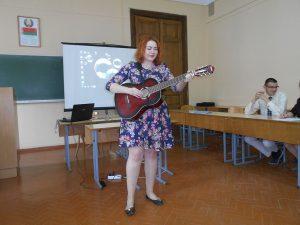 Студентка Левандовская Н. В. исполняет авторскую песню собственного сочинения