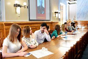 студенты группы №3 слушают выступление о Герое Советского Союза Тышевиче В.А.