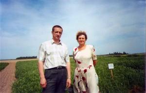 Министр сельского хозяйства и продовольствия Республики Беларусь Л.К. Заяц и профессор Н.П. Лукашевич на опытном поле