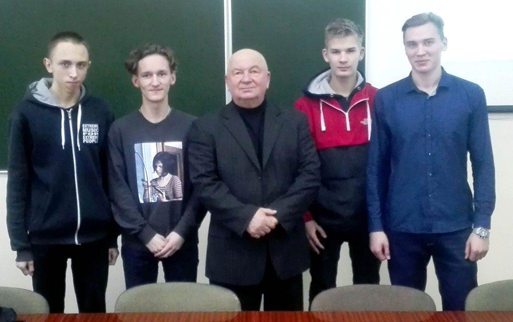 Фото: профессор Оксфордского университета Борисевич М.Н. с участниками мастер-класса по созданию презентаций.
