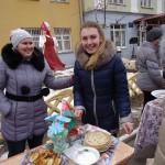 Студенты на ежегодном праздновании масленицы на территории учебного городка