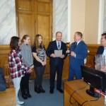 Памятные подарки вручает ректор академии доктор сельскохозяйственных наук Гавриченко Николай Иванович